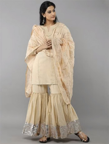 2dc7020aaf This is one of the favorite wedding outfits worn by Indian women. It is  considered to be one of the finest creations of Indian fashion industry.